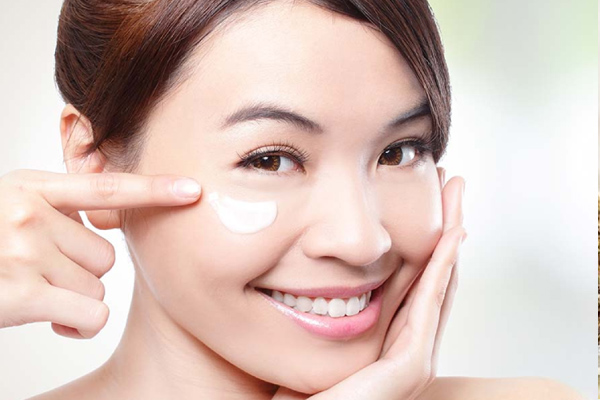 Sử dụng kem dưỡng mắt thường xuyên