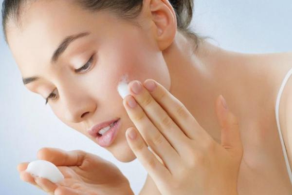 Thoa kem dưỡng lên cả vùng mặt và cổ